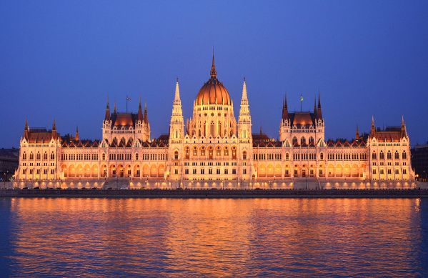 Parliament_Building,_Budapest,_outside